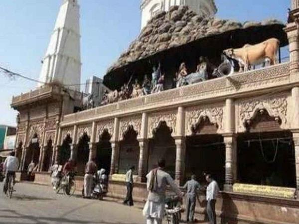 mathura govardhan temple gates opened after 3 days of demonstration