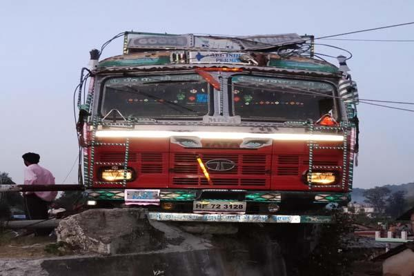truck loaded with cylinders collided with electric poles