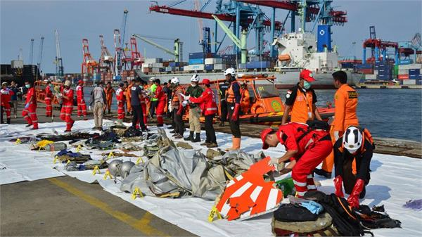 divers find black box from crashed indonesian lion air jet