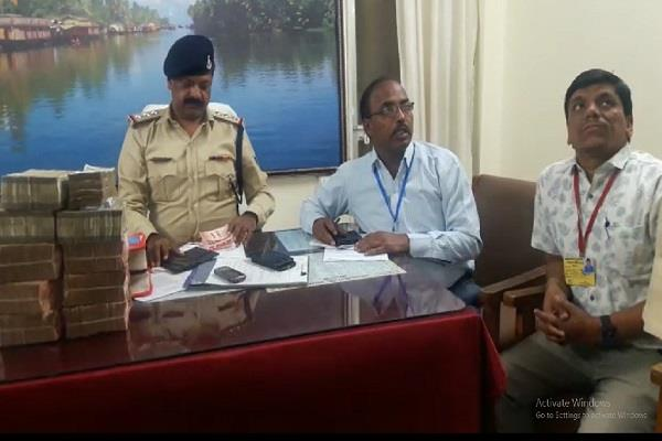 violation of code of conduct car caught 17 lakh rupees