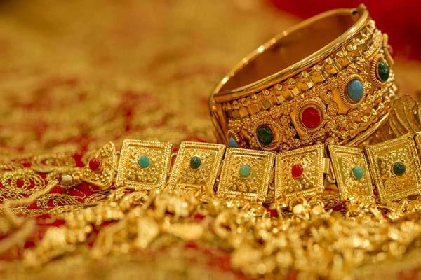 gold slides on feeble demand global cues