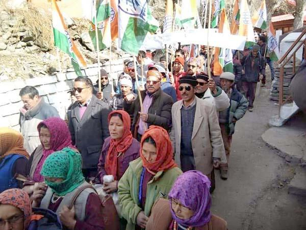 congress on the streets in lahaul kelang sloganeering against government
