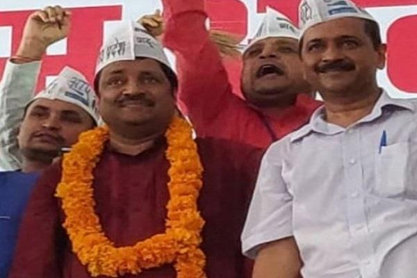 aap targets on congress bjp says both have met