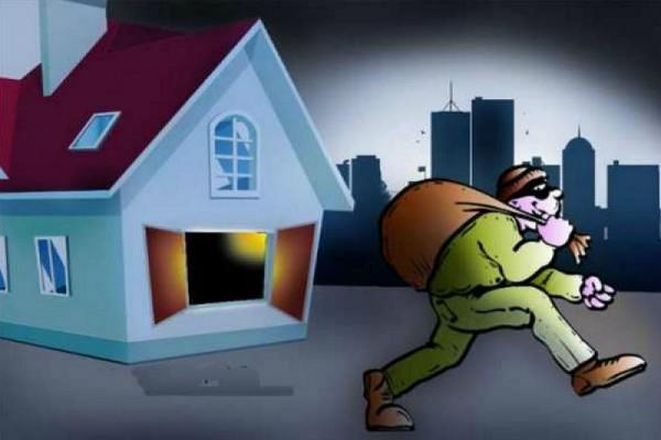 thief 4000 rupees taken away from home