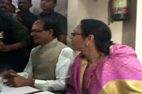 shivraj s family reached the coffee house