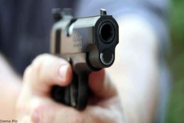 4 miscreants snatch gold chain from doctor on pistol
