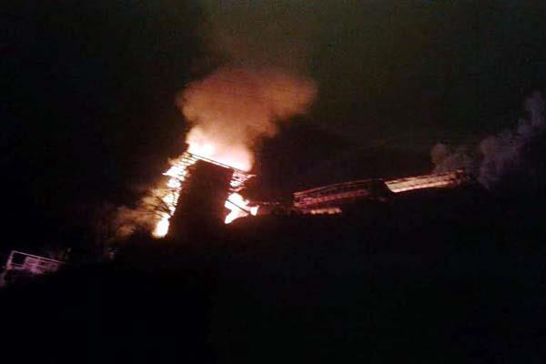 fierce fire 5 houses burnt in sainj danger to village