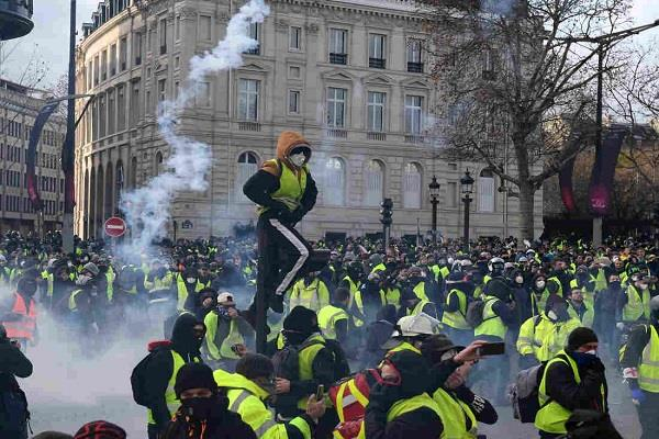 many protesters on the streets against immanuel macro in paris