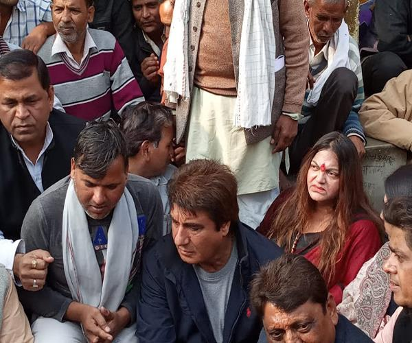 raj babbar s meeting with the students of the girl burnt alive in agra