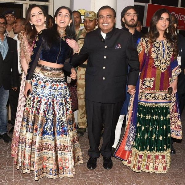 प्रियंका-निक की शादी के लिए जोधपुर पहुंची अंबानी फैमिली(See Pics)