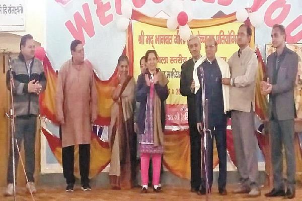 dr mahesh manocha and saroj gupta honored for reciting the entire gita