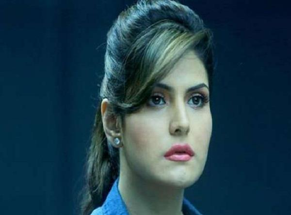 zareen khan mobbed in aurangabad police used lathi charge on crowd