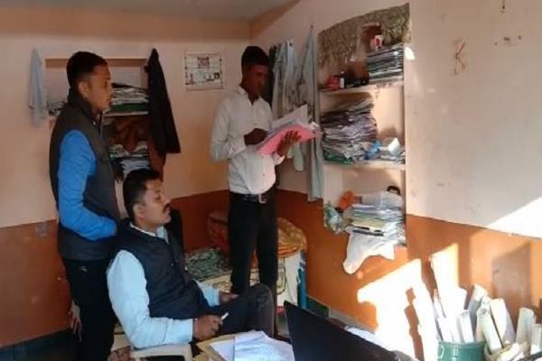 lokayukta sticks up patwari taking bribe
