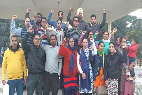 teachers  sloganeering against the government on the demand of regularization