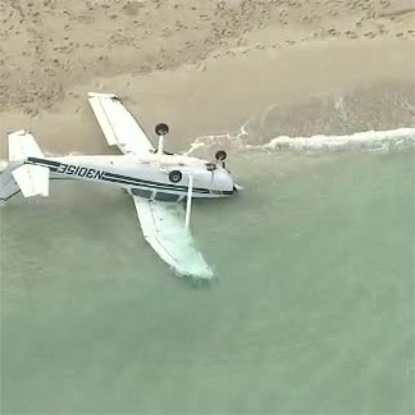 small plane crashes on miami beach 4 injured