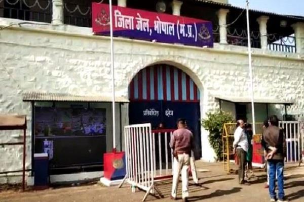 aap and congress patrol in front of bhopal jail