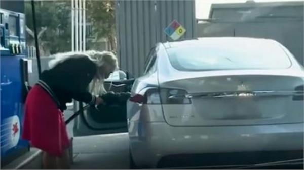 electric car petrol pump women reach pumps video will be seen
