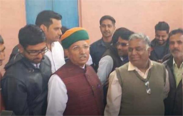 राजस्थान में EVM हुई फेल, घंटों लाइन में खड़े रहे मोदी सरकार के मंत्री
