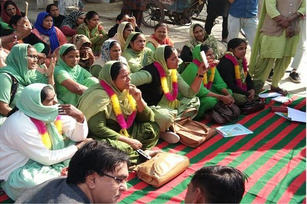 asha workers fare off the civil hospital