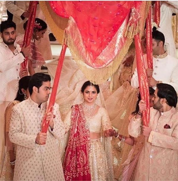 Isha Ambani Wedding: शादी के खर्च को छोड़िए, नैपकिन की कीमत है लाखों रुपए!