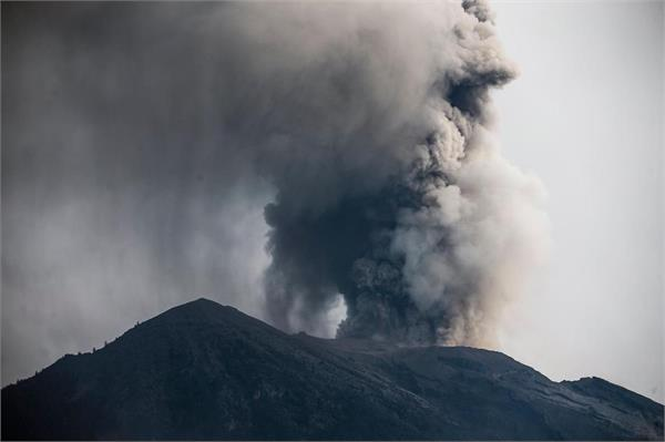 fresh explosions in volcanic eruption in indonesia