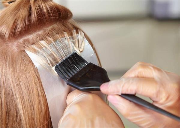 रंग के साथ ये बीमारियां भी दे रहा है आपका Hair Color, हो जाएं सावधान!