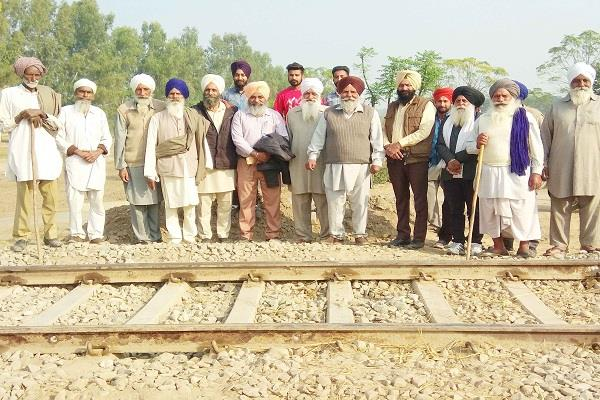 railway department pauses the gate of the village