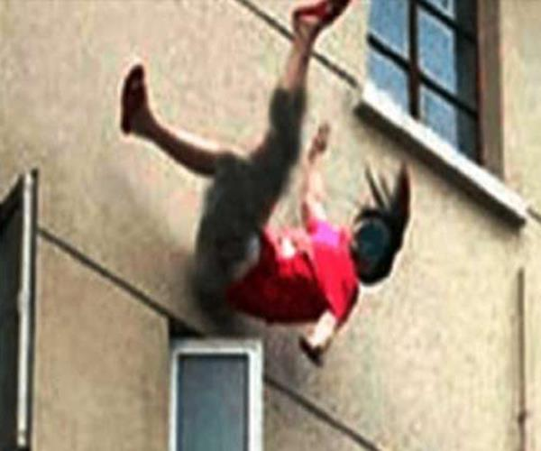 bahu threw his mother in law from roof reaching home dispute death