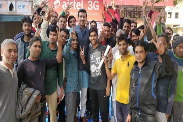 राजस्थान-तेलंगाना: वोटिंग करने पहुंचे फिल्मी स्टार और दिग्गज नेता, सेल्फी लेने की लगी होड़