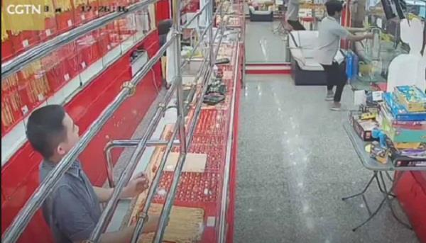 thailand jewellery shop thief fails to lift gold chain viral video