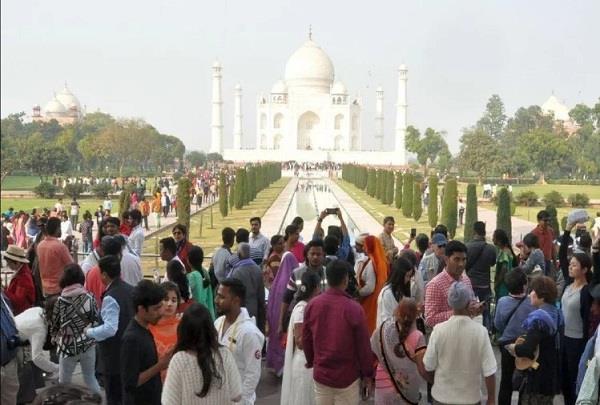 tourist crowd gathering at taj mahal on new year