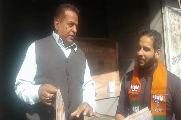 shopkeeper questions bjp workers