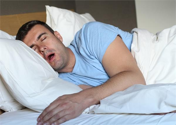 सोते समय लार बहना है इन 5 बीमारियों का संकेत, घरेलू नुस्खों से करें उपचार