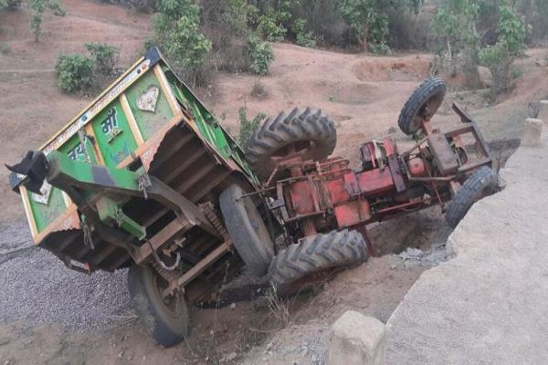 tractor trolley full of sand uncontrolled overturned 1