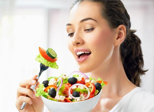 खड़े होकर खाते हैं खाना तो जान लें इसके 6 बड़े नुकसान