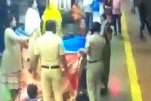 delivery of woman in railway station