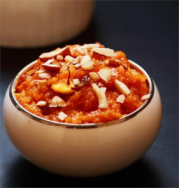 मेहमानों को मीठे में खिलाएं 'गाजर का हलवा'
