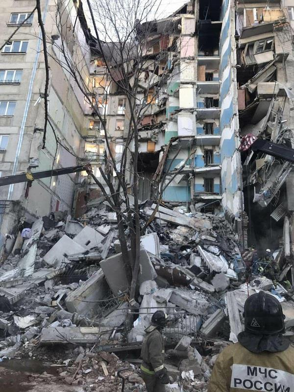 4 dead dozens missing after gas explosion hits russia high rise