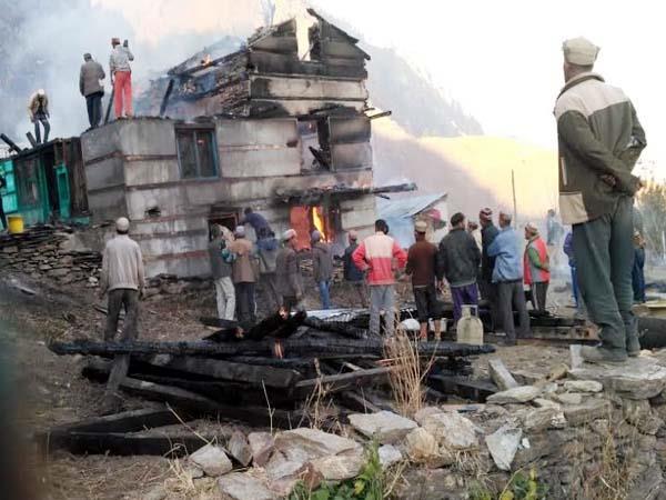 fire in house in kullu