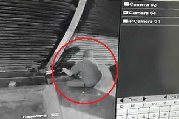 loot of lakhs from shop by breaking shutter