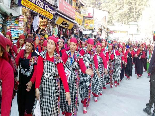 thousands of women danced together on mallroad