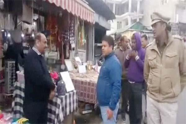 administration s stick run on road shopkeepers in dharamshala