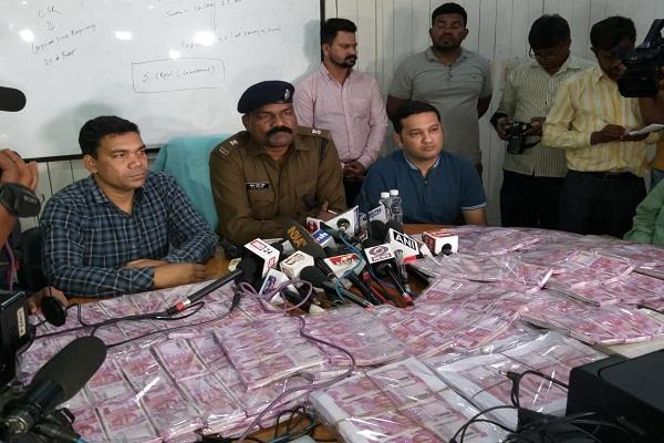 arrested wife and wife with duplicate notes of five crores
