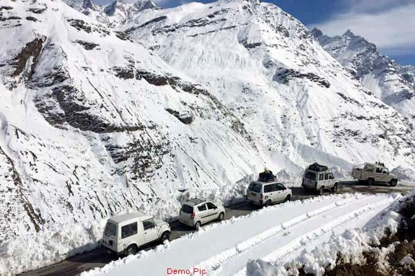 light snowfall at rohtang s peaks the temperature decreased drastically