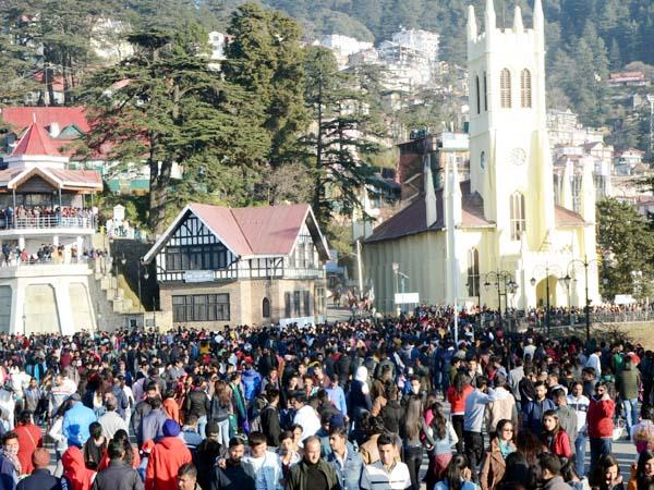 tourists celebrate christmas in himachal