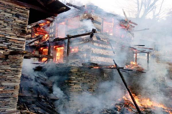 house of 15 rooms burnt in the fierce fire  4 families homeless