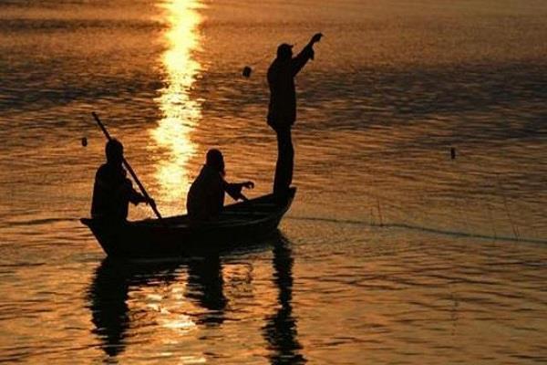 sri lanka navy arrests 13 indian fishermen