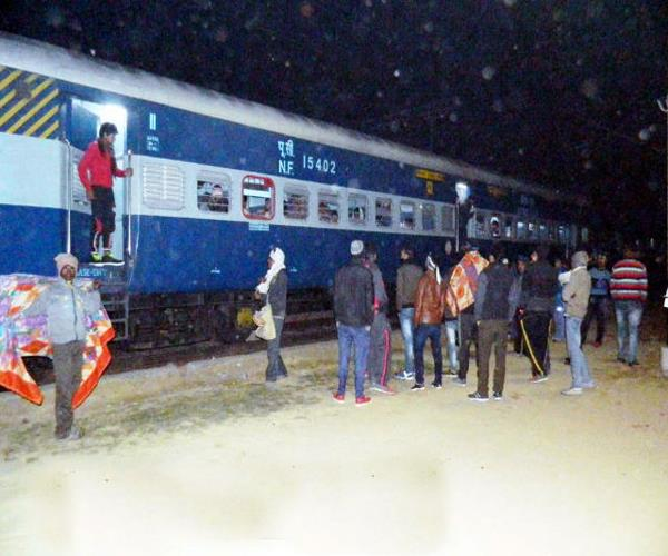 sampark kranti express engine failure  many trains stayed in the middle