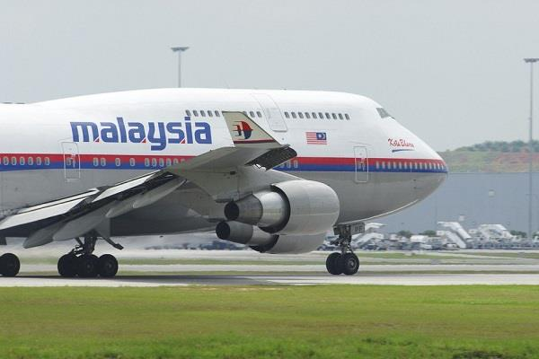 malaysian plane emergency landing due to engine failure