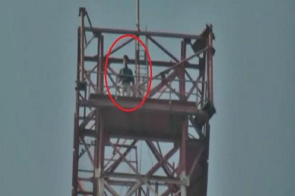 young man climbed to tower in protest against padmavt